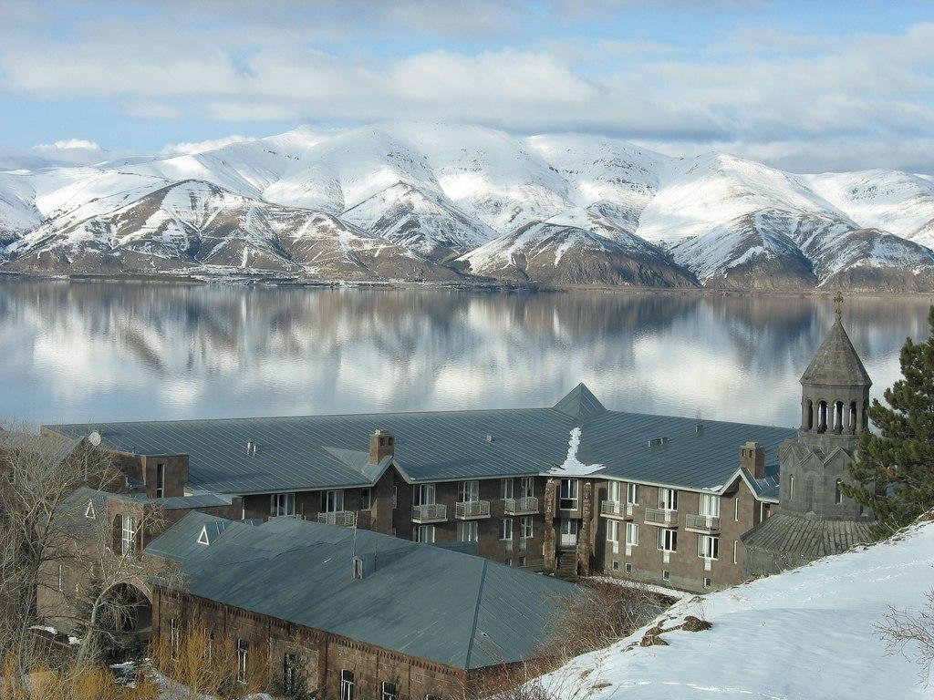 Озеро севан зимой красота