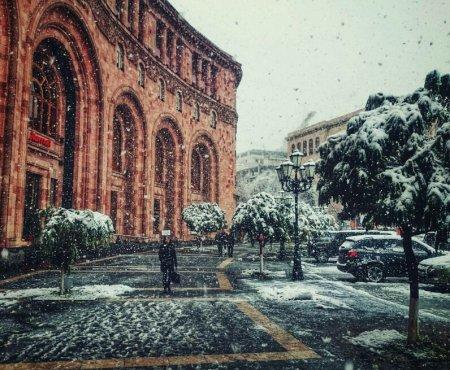 Фото дня 08.12.2015 - «Снегопад в Ереване»