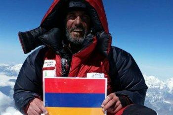 Ара Хачадурян выложил в сеть свою фотографию с армянским флагом на Эвересте