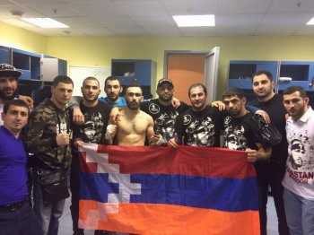 Боец Вардан Асатрян победил азербайджанца и поднял над головой флаг Арцаха (ВИДЕО)