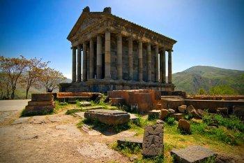 В храм культа огня в Армении – Гарни – приезжает всё больше туристов из Ирана