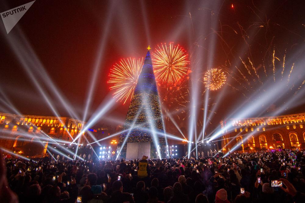 ФОТО В Ереване зажглись огни на главной елке страны